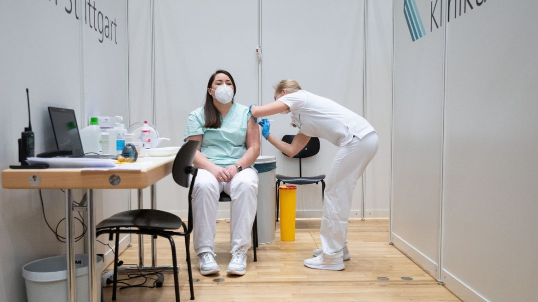 Cargando … Vacuna Covid-19: esto es lo que pueden hacer las vacunas corona Hasta ahora, se han aprobado cuatro vacunas corona en la UE. Bajo especial observación: el agente AstraZeneca. ¿Qué puede hacer AZD1222? ¿Y el otro? Una descripción general.