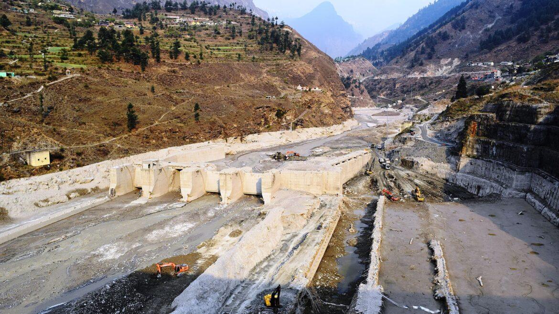 Cargando … Desastres naturales: Inundaciones mortales provocadas por un golpe doble Un deslizamiento de tierra que derritió un glaciar fue en realidad la causa de inundaciones repentinas mortales en el estado indio de Uttarakhand.